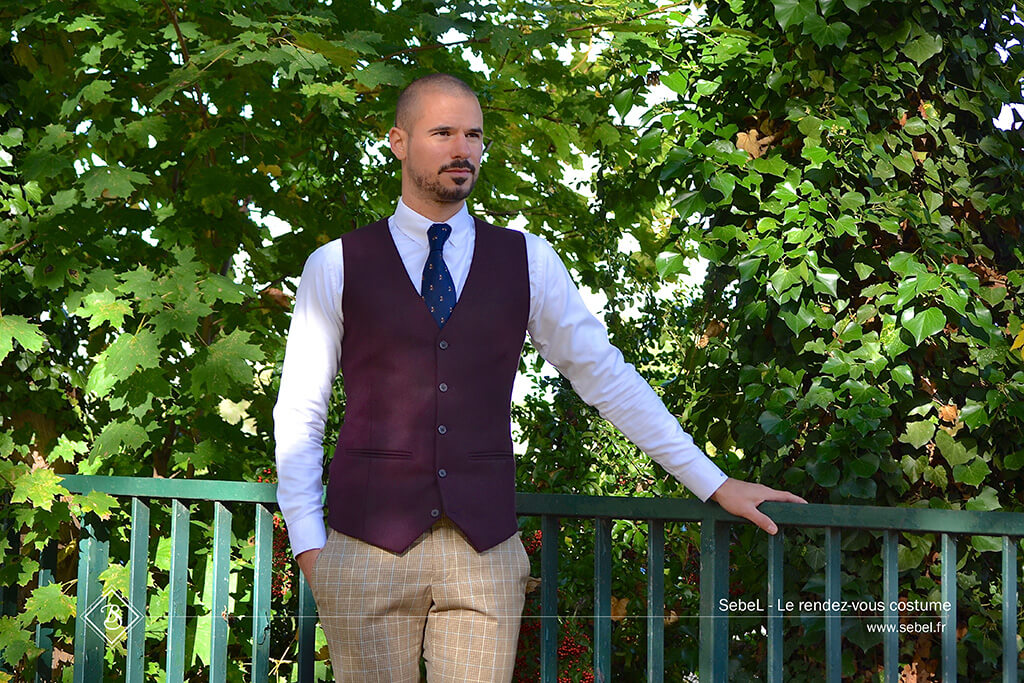 Gilet-Bordeaux—Pantalon-Marron