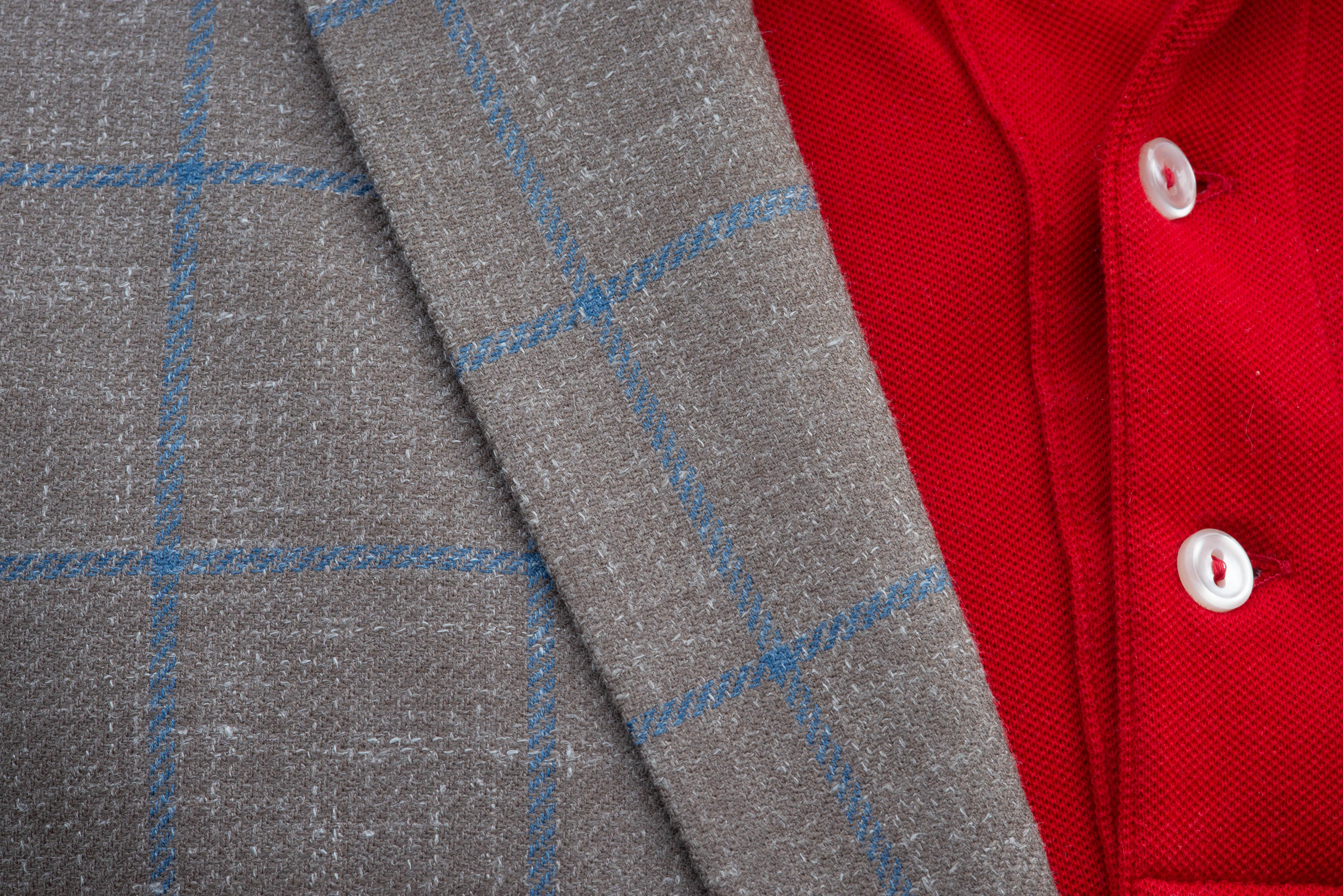 Veste souple demi-doublée, 2 boutons, surpiquée, col tailleur avec boutonnière ouverte, bas de manche avec boutonnière ouverte, 2 poches à rabat, 1 poche poitrine, 2 fentes dos.