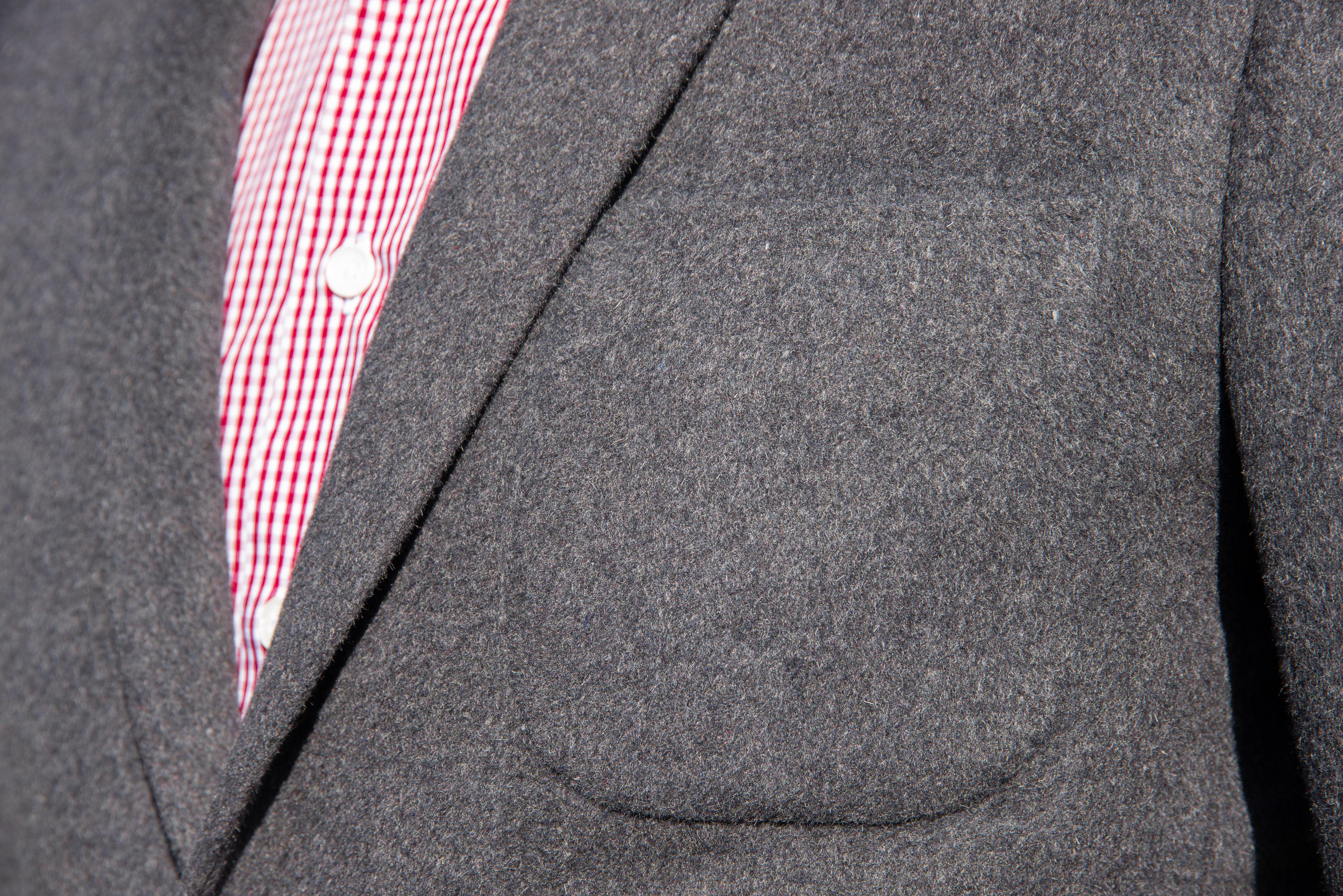 Veste doublée, 2 boutons, col tailleur, bas de manche avec boutonnière ouverte, 2 poches plaquées, 1 poche poitrine plaquée, 2 fentes dos.